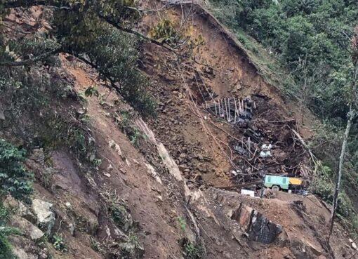 Operarios del Invías, atienden un deslizamiento de tierra en el corredor Calarcá – Cajamarca, situación ocasionada por las fuertes lluvias