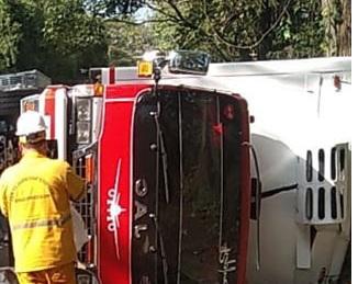 En la vía que Montenegro conduce a la ciudad de Armenia un vehículo que transportaba alimentos sufrió volcamiento lateral