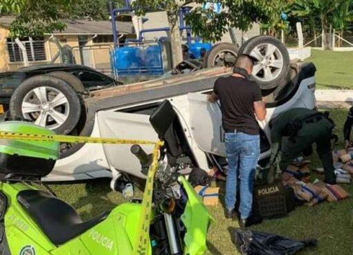 Una camioneta que evadió el control de la policía de Barragán, y que se dio a huida se chocó contra dos vehículo y se volcó, las autoridades hallaron al interior del carro un cargamento de marihuana