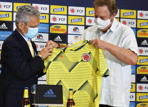 El nuevo técnico de la Selección Colombia, recibió por parte de los directivos de FCF la tricolor nacional