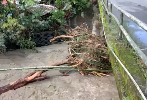 Debido a las fuertes lluvias y que causaron las crecientes de los cauces de varias fuentes hídricas de la región, se determinó la restricción del paso por el sector de Río Verde.